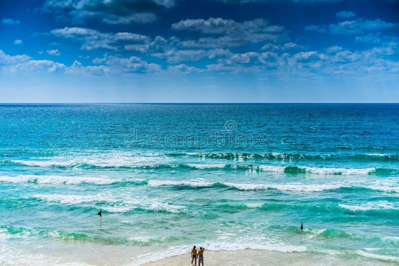 Pary pozycja Na plaży fotografia stock