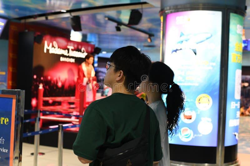 Pary pozycja przy madame tussauds Bangkok obraz stock