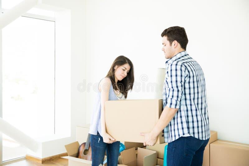 Pary przewożenie Rusza się pudełka W Nowym domu Wpólnie zdjęcie stock