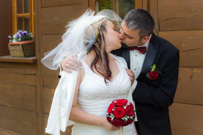 pary przodu domu całowania rocznika potomstwa zdjęcia royalty free