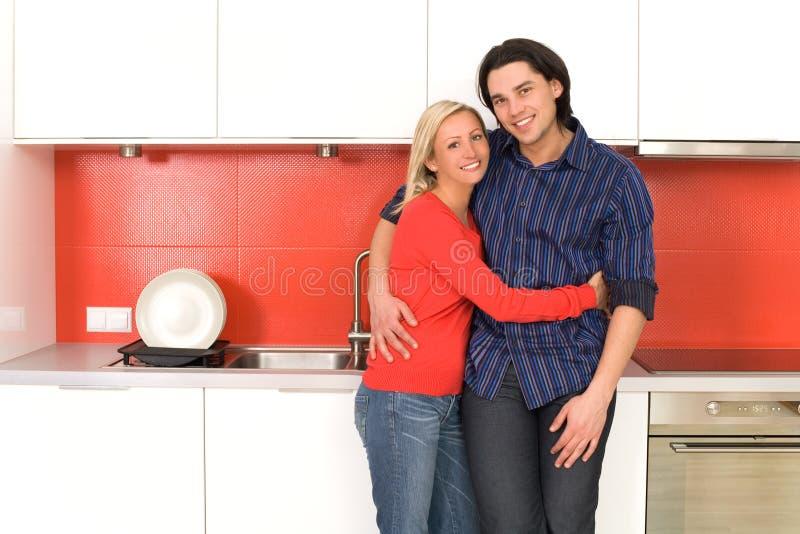 pary przytulenia kuchnia obrazy royalty free