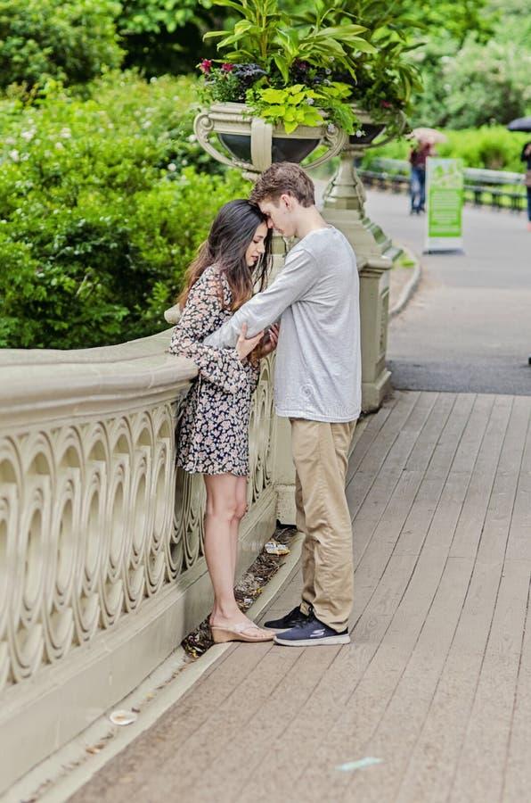 Pary przytulenie w central park w Miasto Nowy Jork obrazy royalty free