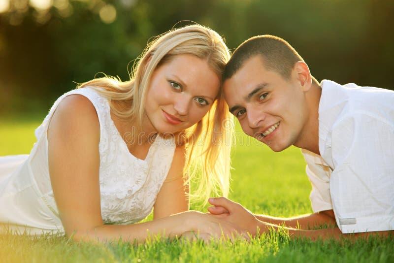 pary puszka trawy szczęśliwi łgarscy potomstwa zdjęcia royalty free