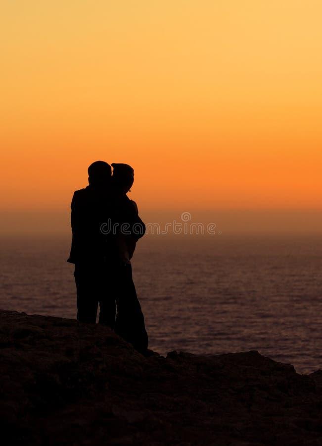 pary romantyczny zmierzchu dopatrywanie zdjęcia royalty free