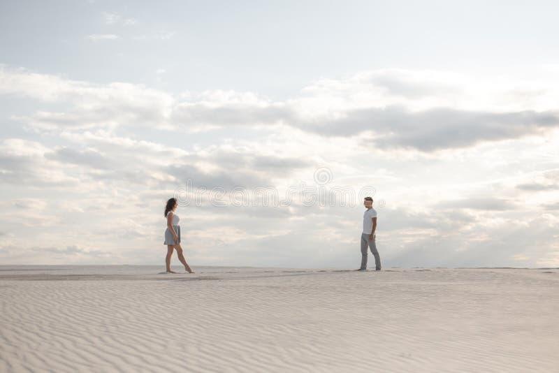 Pary spotkanie w białej piasek pustyni przy zmierzchem obrazy stock