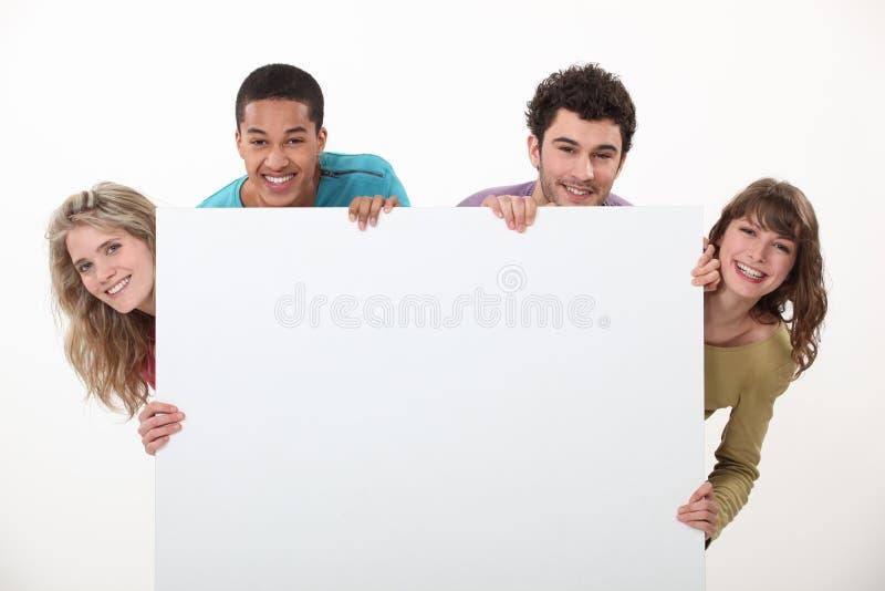 Pary stać z reklamową deską zdjęcie stock