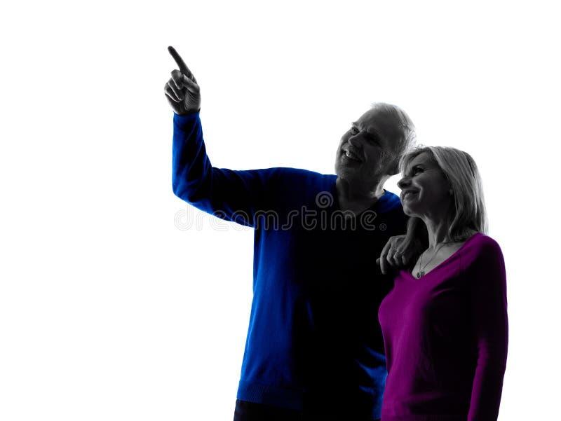 Pary starsza szczęśliwa wskazuje sylwetka obrazy stock
