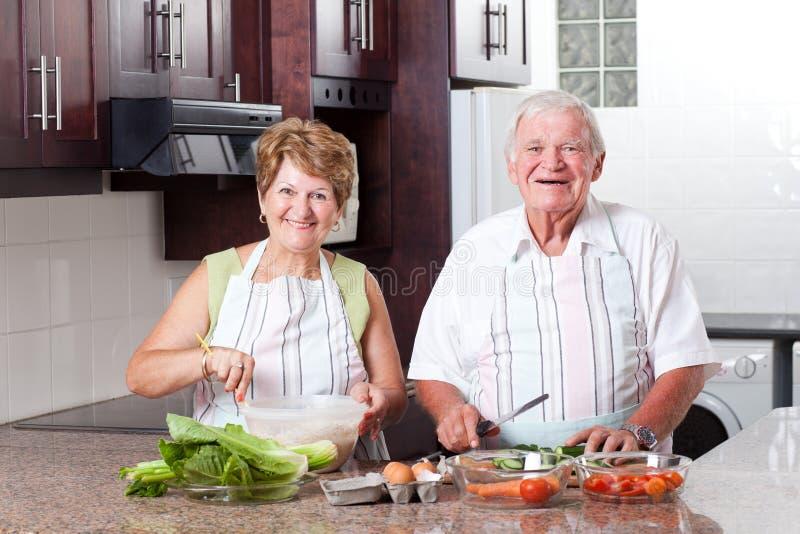 Pary starszy kucharstwo obrazy royalty free
