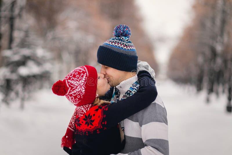 pary szczęśliwi parkowi zima potomstwa fotografia royalty free
