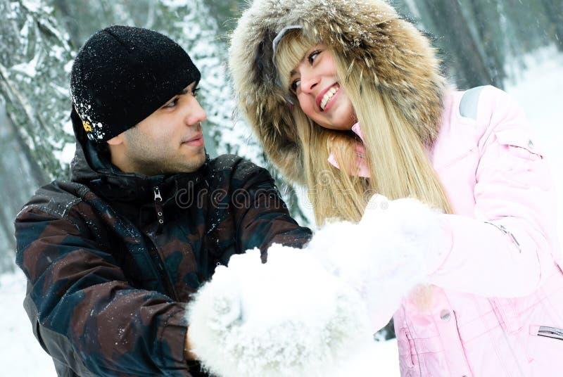 pary szczęśliwi parkowi zima potomstwa zdjęcia stock