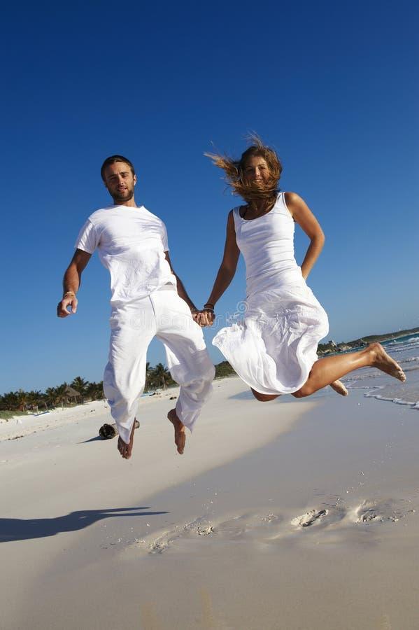 pary szczęśliwy doskakiwanie fotografia royalty free