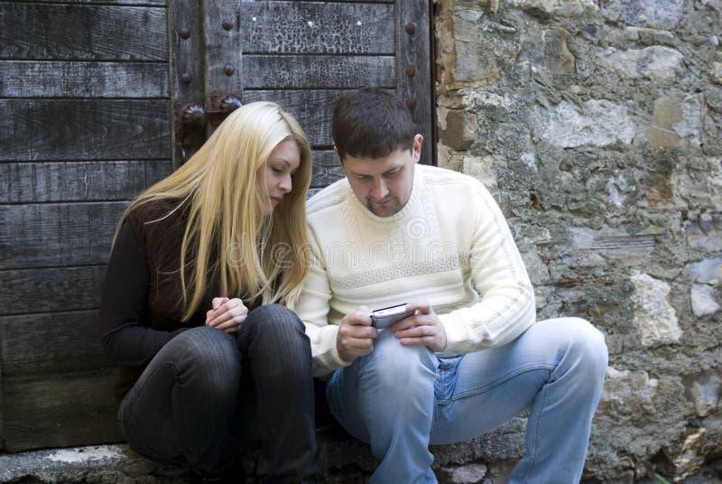 pary telefon komórkowy używać potomstwo zdjęcia royalty free