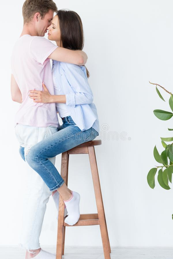 Pary uściśnięcia grucha kochający niewolny romantyczny związek obraz royalty free