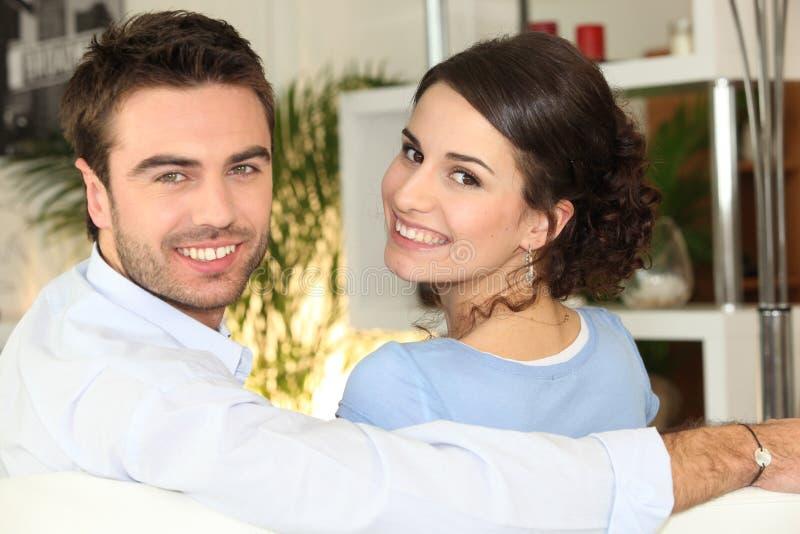 Pary uśmiechnięty obsiadanie dalej zdjęcia royalty free
