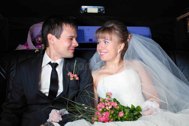pary właśnie limuzyna poślubiająca obraz stock