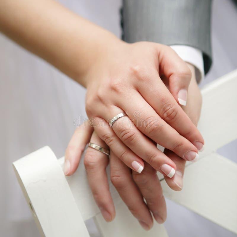 pary właśnie zamężni pierścionki pokazywać ich up fotografia royalty free