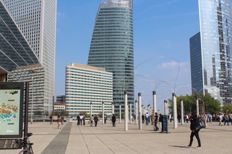 PARYŻ, WRZESIEŃ - 04: Turyści chodzi w głównym placu zdjęcia stock
