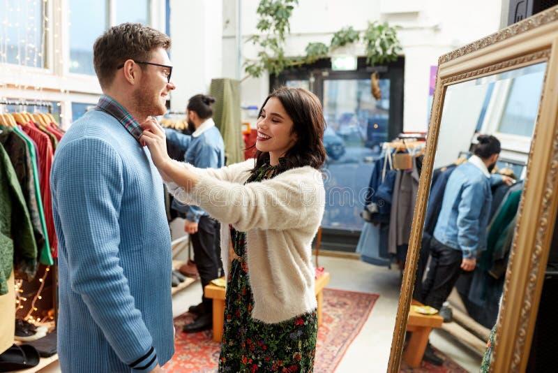 Pary wybiera? odziewa przy rocznika sklepem odzie?owym fotografia royalty free