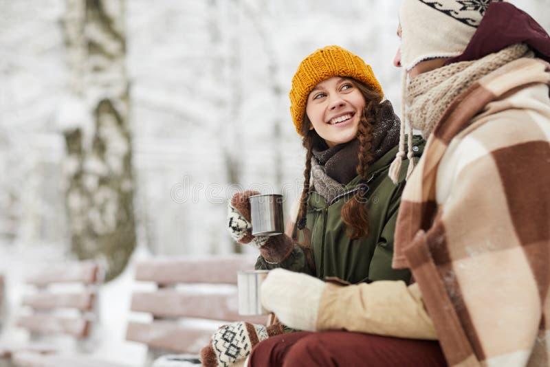 pary zima kochająca parkowa zdjęcia royalty free