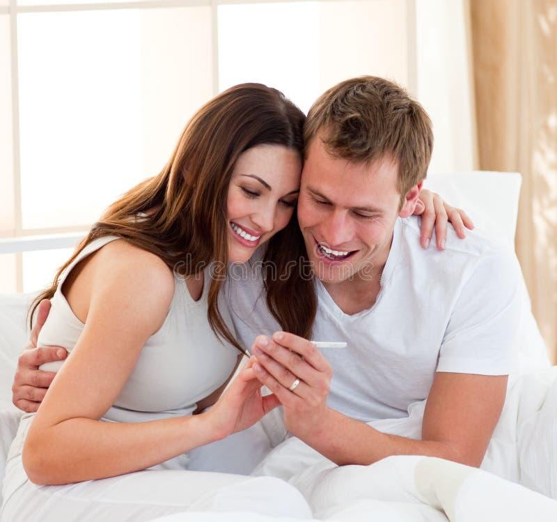 pary znalezienia test ciążowy rezultatów test obraz stock