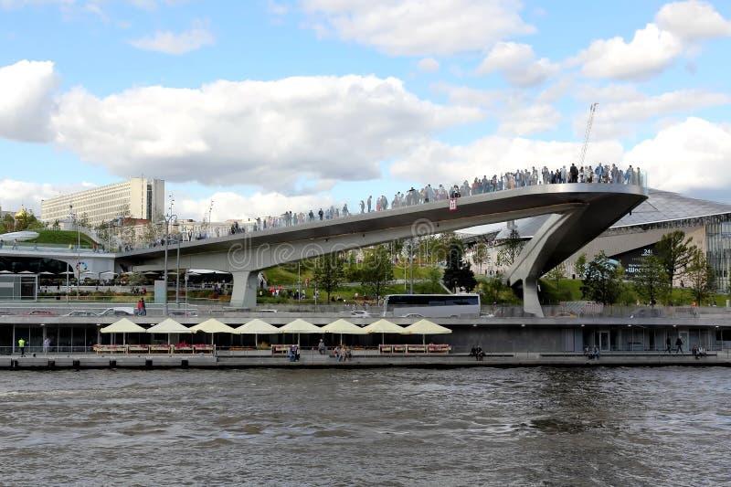 Paryashchiy die meisten der Fluss übersehen Plattform oder ansteigende Brücke in Zaryadye-Park in Moskau lizenzfreie stockfotos