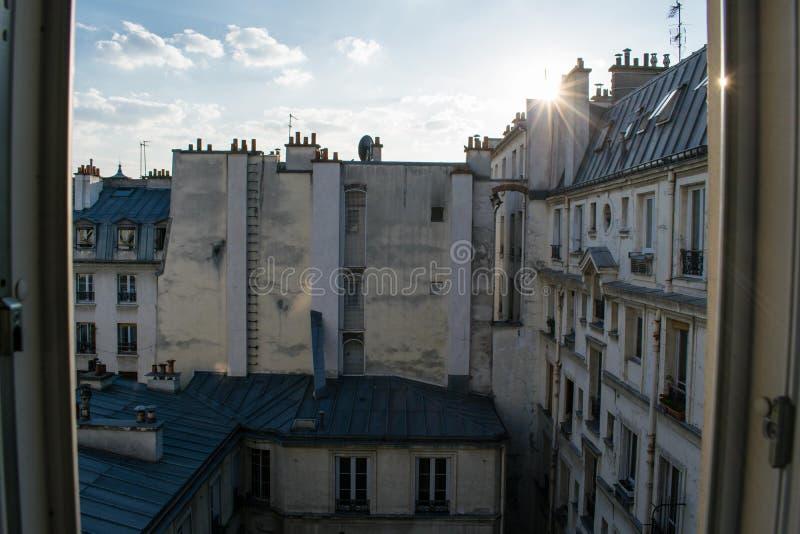 Paryscy budynki mieszkalni Stara Paryska architektura, pi?kna fasada, typowi francuz?w domy s?awny zdjęcie royalty free