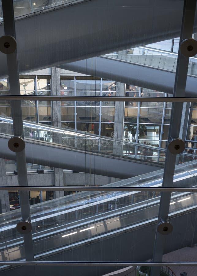 Paryscy CDG lotniska schodki zawodów międzynarodowych przyjazdy i odjazdy fotografia royalty free