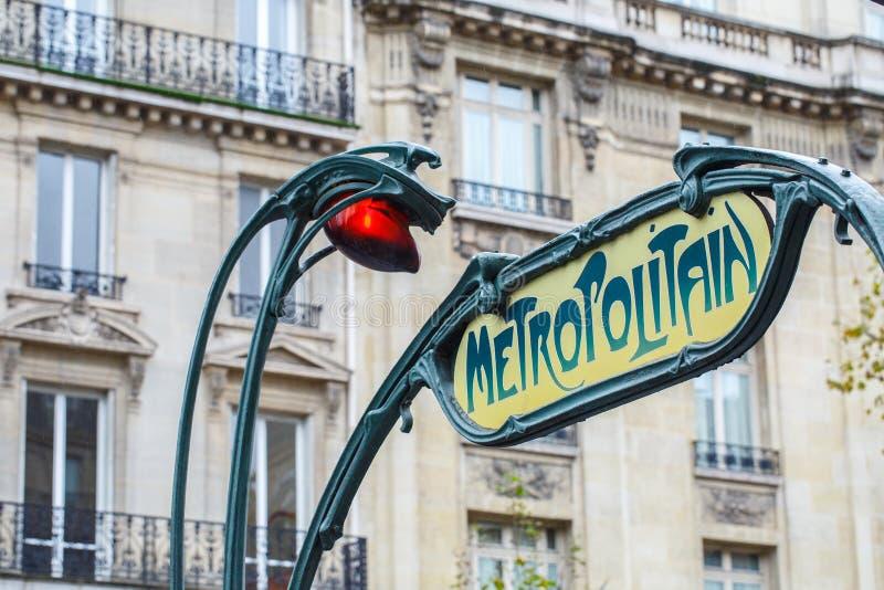 Paryska Metropolitain wejścia stacja Słup z tradycyjnym ja zdjęcie stock