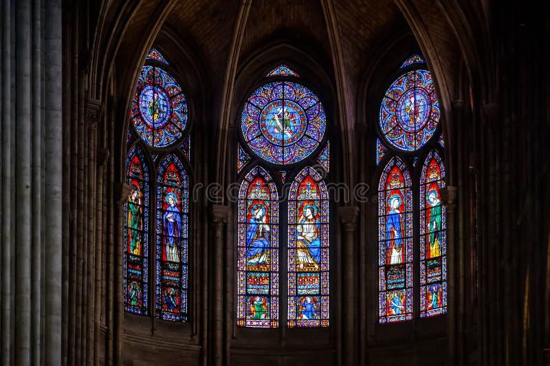 """PARYSKI †FRANCJA, LIPIEC """"- 17, 2018: Wnętrze notre dame de paris katedra z witraży okno, Francja obrazy stock"""