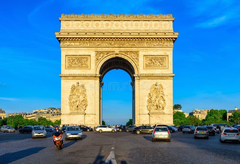 Paryski Łuku De Triomphe Triumfalny łuk w kumpel Elysees przy zmierzchem, Paryż fotografia royalty free