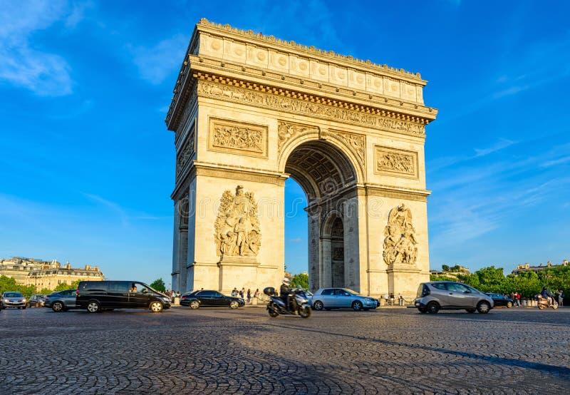 Paryski Łuku De Triomphe Triumfalny łuk w kumpel Elysees przy zmierzchem, Paryż zdjęcie stock