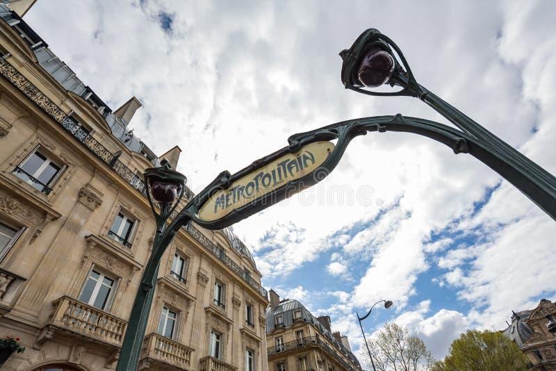 Paryski Francja Kwiecień 29th 2013: Zakończenie widok rocznika stylu metro podpisuje wewnątrz Łacińską ćwiartkę, Paryż, Francja obraz stock
