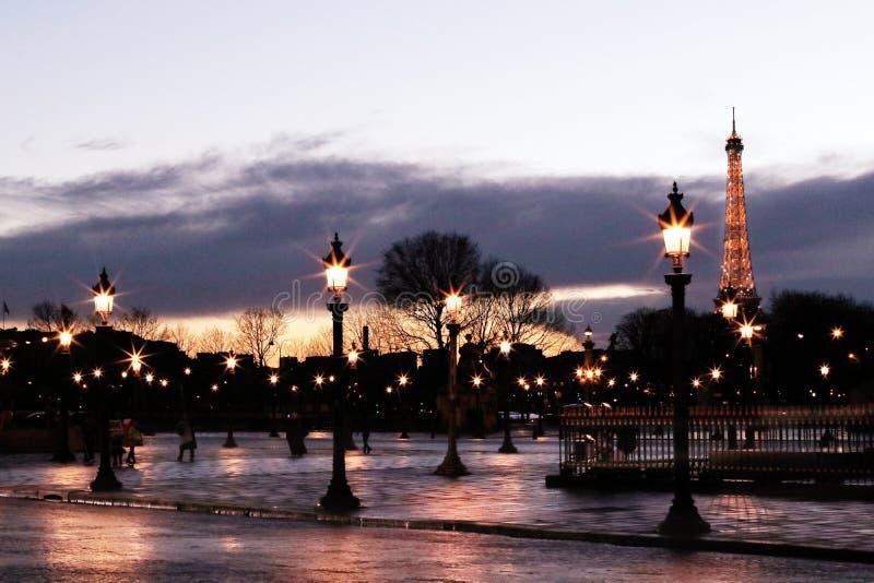 Paryski miejsce De Los angeles Concorde opróżnia wieżę eifla w tle obrazy royalty free