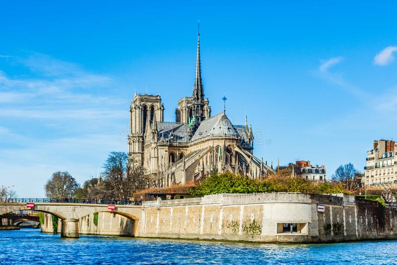 Paryski Notre Damae Katedralny widok xix wiek iglica Eugene le robić dąb zakrywający z prowadzeniem, zniszczonym wewnątrz zdjęcia royalty free