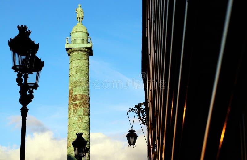 Paryski vendÃ'me szpaltowy zabytek z façades przy zmierzchu Niskiego kąta strzałem obrazy stock