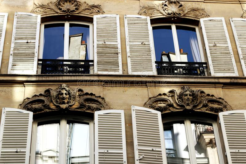 Paryskie budynek fasady z białymi żaluzjami zdjęcie royalty free
