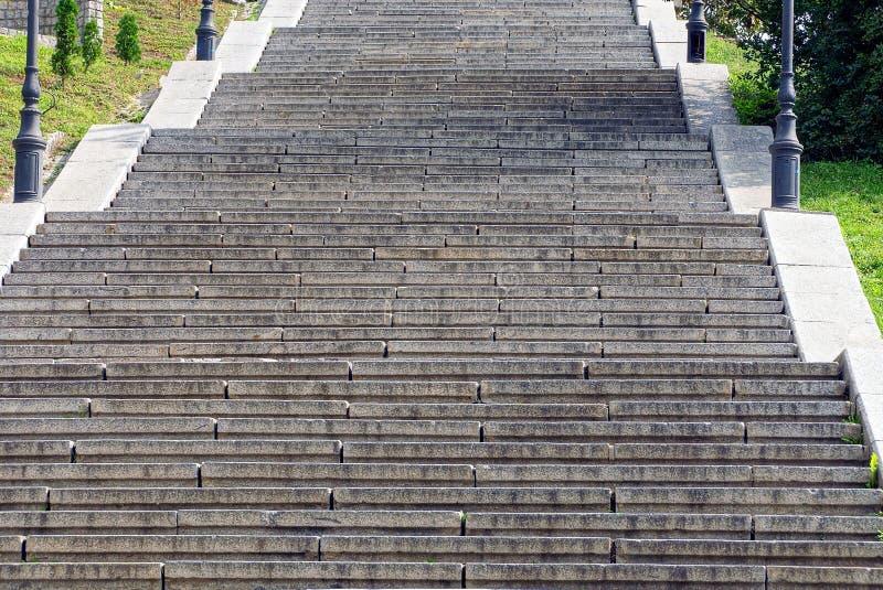 Pas concrets gris sur un long escalier en pierre image stock