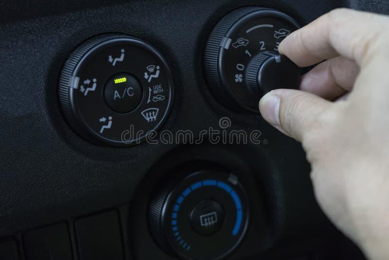Pas de airconditioner in de auto aan stock afbeeldingen