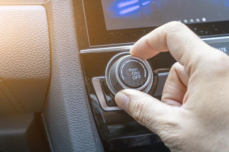 Pas knoop aan de airconditioning in auto stock afbeelding