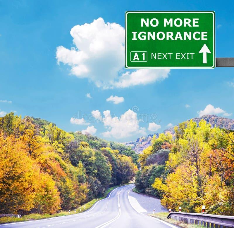 PAS PLUS de panneau routier d'IGNORANCE contre le ciel bleu clair images libres de droits