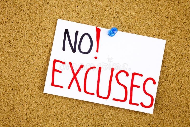 Pas plus n'excuse l'?criture de motivation d'A sur une note collante contre un avis de li?ge photos stock