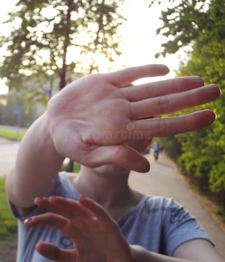 Pas signe de pousse à la main La femme sautent la paume ne laissant pas tirer photos libres de droits
