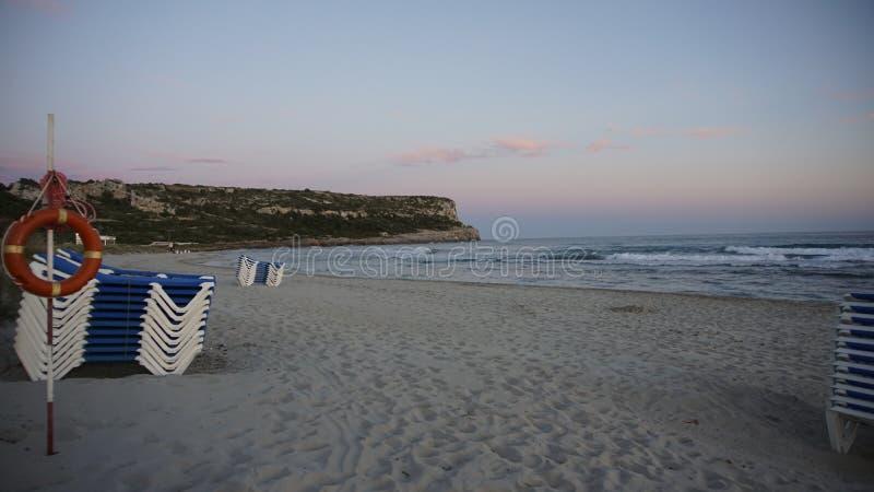 PAS und Sun gehen mit Mountain View in der Seeseite Minorca zu Bett stockbilder