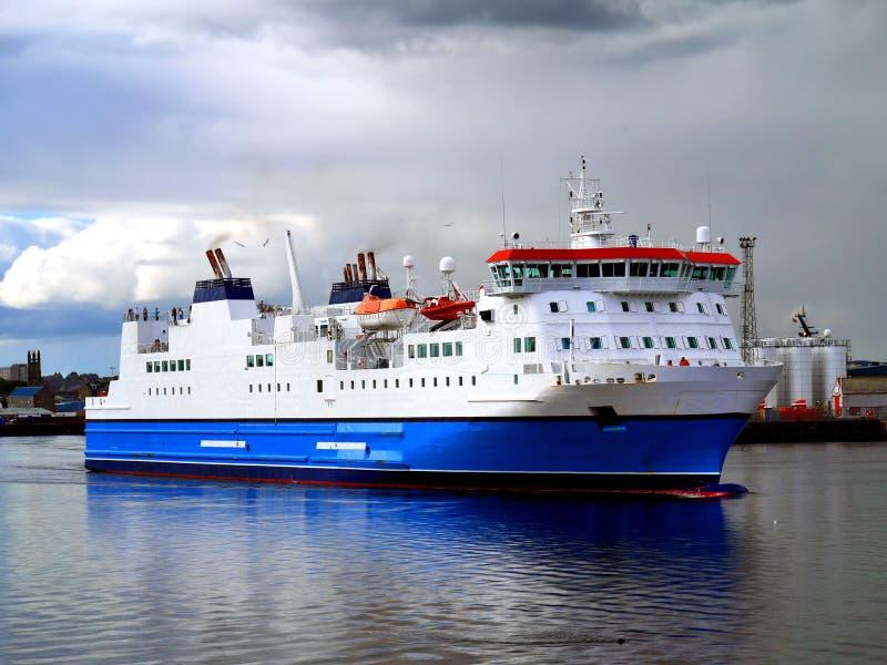 Pasażerski ładunku prom Opuszcza port obraz stock
