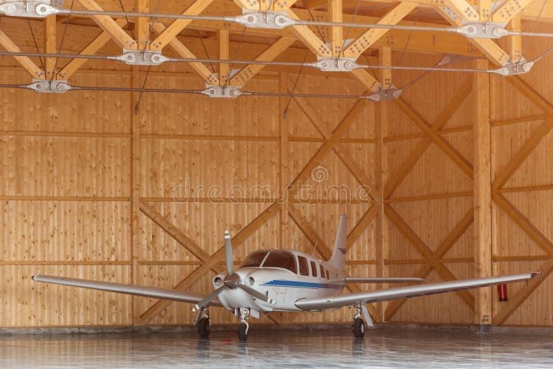 Pasażerski samolot na utrzymaniu Samolot parcked w hangarze Samolot podczas utrzymania Woden hangar przy lotniskiem zdjęcie stock