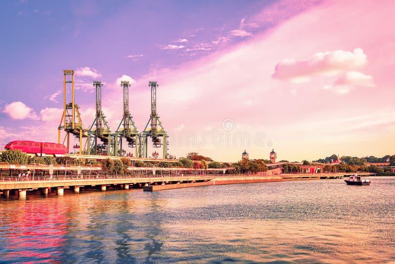 Pasażerskiego pociągu ekspresowego żurawi Singapur Sentosa ładownicza wyspa zdjęcie royalty free