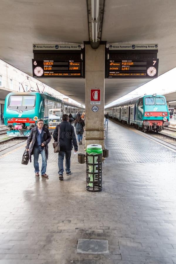 Pasażery na platformie w Florencja, Włochy zdjęcie royalty free