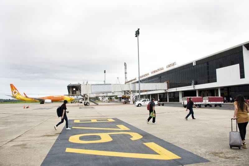 Pasażerów chodzić iść inside budynek przy Ubon Ratchathani lotniskiem w Tajlandia fotografia royalty free