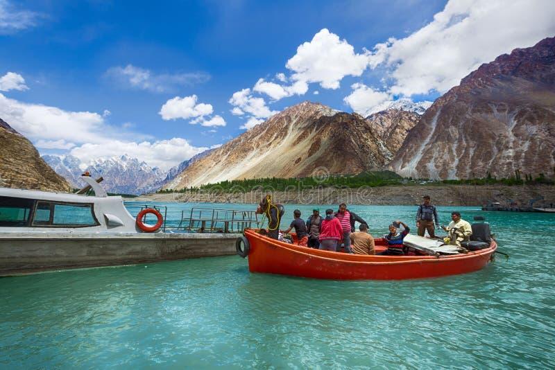Pasażer i pracownik przy attabad jeziorem zdjęcie stock
