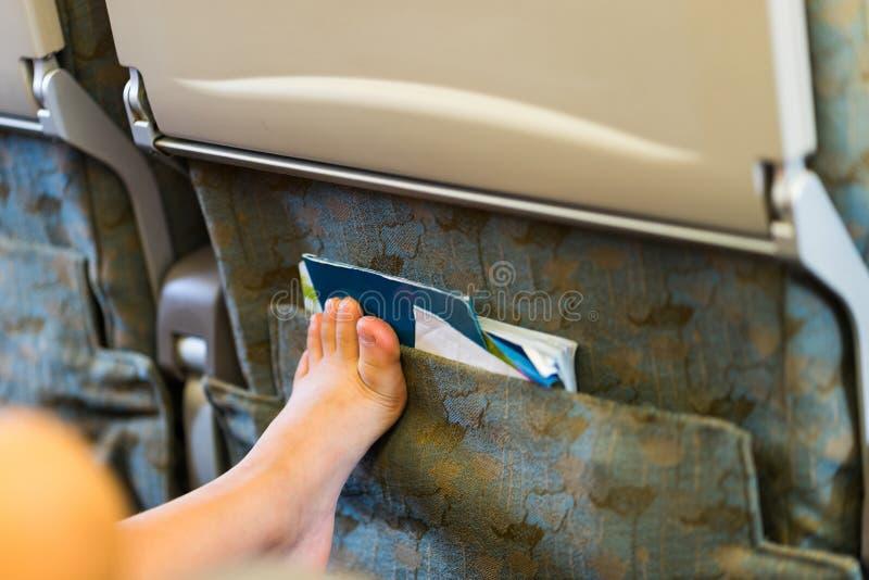 Pasażer noga umieszcza dalej w frontowym krześle Impolite zachowanie dalej obrazy stock